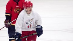 Must See: The world's oldest hockey player