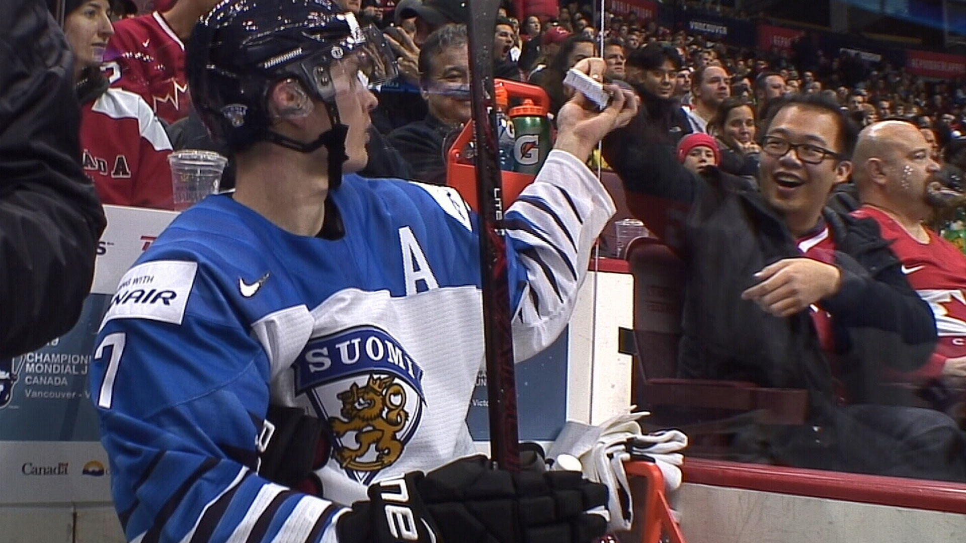 Must See: Fan gets Vaakanainen's autograph in penalty box