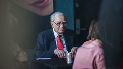 Buffett picks up more Apple as institutional shareholders bail out