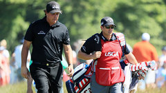 Mickelson raises more eyebrows with his actions on Sunday