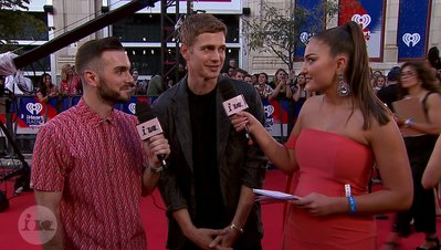 Hayden Christensen Admits He Wore MC Hammer Parachute Pants | 2018 iHeartRadio MMVA FORA Fashion Feed