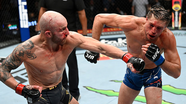 Volkanovski downs Ortega in action-packed featherweight main event